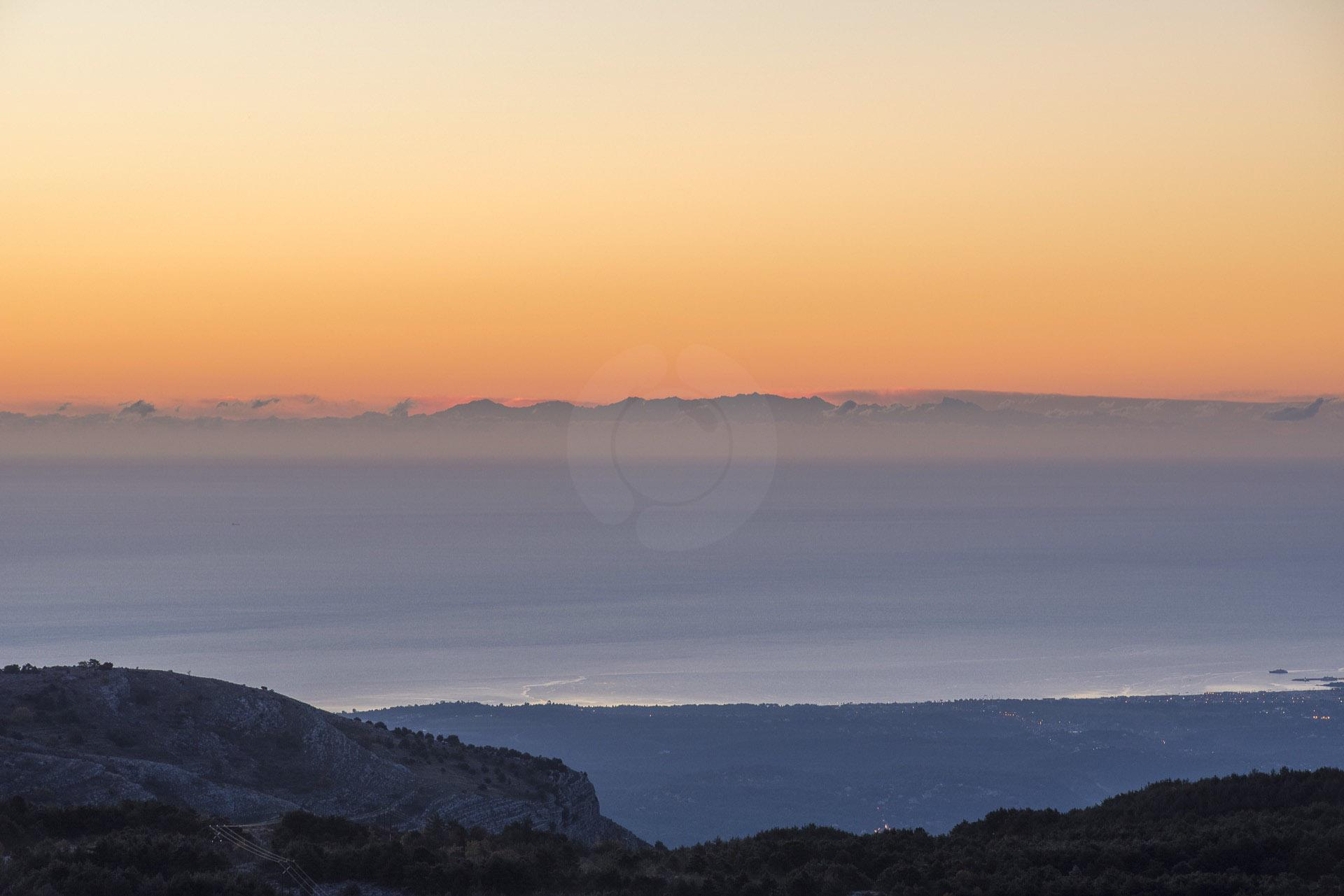 La Corse au lever du soleil vu depuis le plateau du Calern